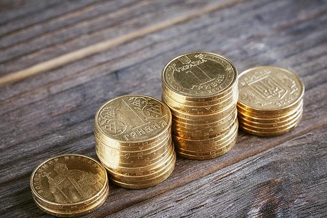 Монети, складені на стіл.